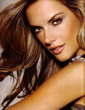 sonrisa-mirada-sexy, maquillaje para verse mas sexy, ¡Saca el mejor partido a tu mirada y tu rostro, ¿como debemos maquillarnos los ojos?, consejos para maquillar los ojos, sombra gris oscura metalizada, sombra que aporte luz (tono vainilla, blanco o dorado claro), máscara de pestañas negra que de mucho volumen, mirada enigmática y sexy, lápiz en tono natural, belleza, maquillaje y belleza para ti, chicastips