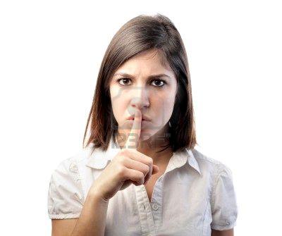 8601636-mujer-diciendo-a-guardar-silencio
