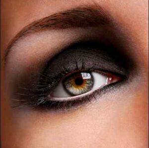 Maquillaje para morenas los colores m s favorecedores for Como pintarse los ojos de negro
