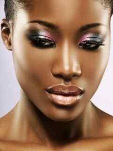 Un truco usado en maquillaje para morenas, es delinear la linea de agua de tus ojos o la parte inferior de las pestañas, con color azul eléctrico,