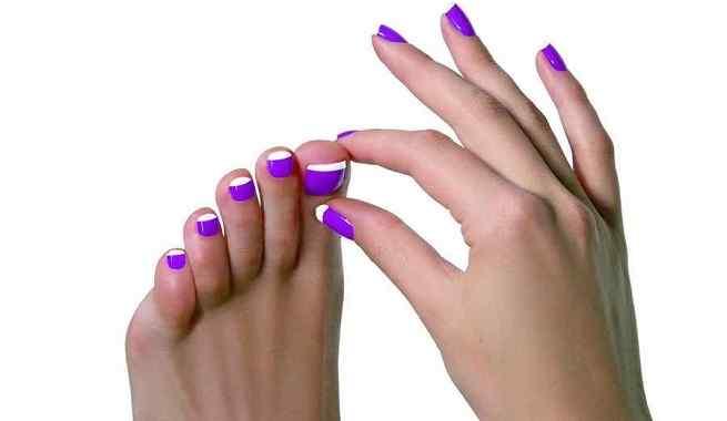 manicura francesa de colores en pies y manos