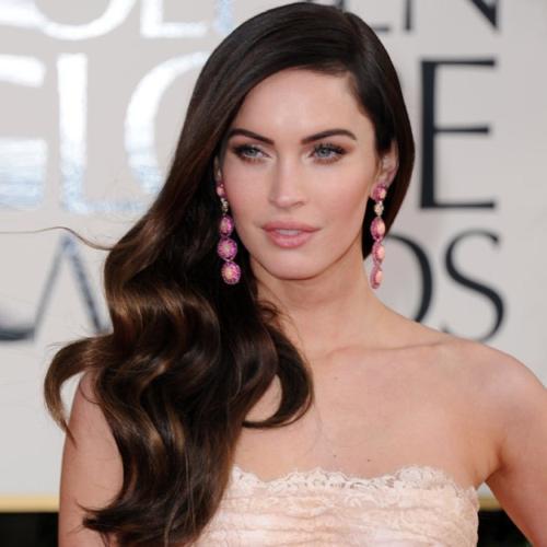 Otra forma de lucir peinados con ondas es como Megan Fox en ésta fotografía, lleva su larga y abundante cabellera suelta, muy al estilo \u201caños 50\u201d,